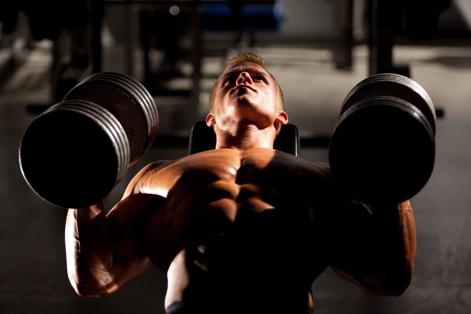 Искате да увеличите силата в горната част на тялото? Тренирайте долната част на тялото с по-малки тежести